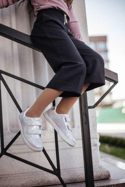Серебристые кроссовки на липучках